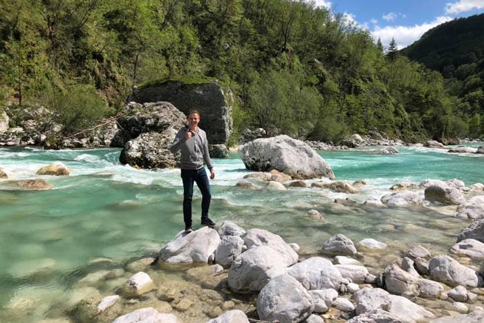 Mike bij de Soca rivier in Slovenië